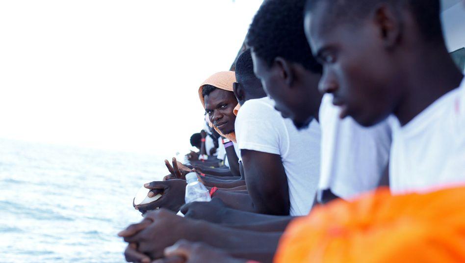 Auf dem Mittelmeer aufgegriffene Flüchtlinge