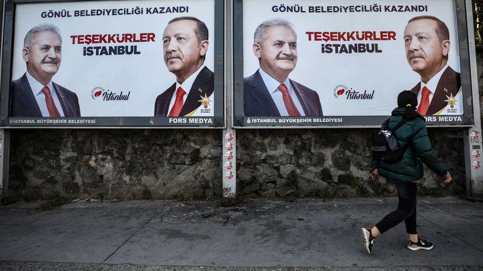 Plakat mit Binali Yildirim und Präsident Erdogan in Istanbul