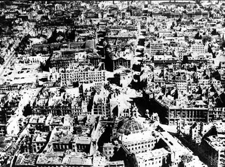 612.000 Wohnungen komplett zerstört: Luftaufnahme von Berlin