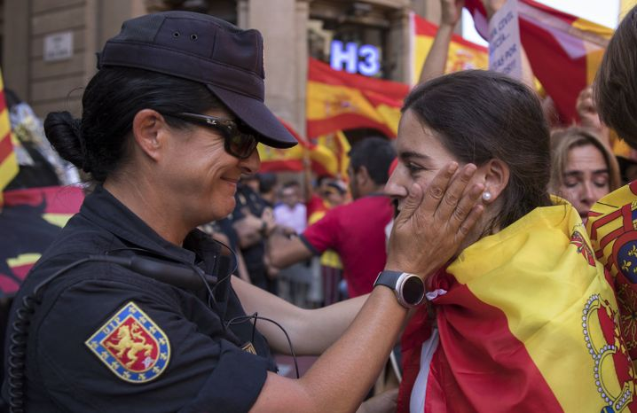 Polizistin streichelt Demonstrantin