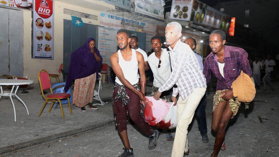 Bergung eines Verwundeten nach dem Anschlag in Mogadischu