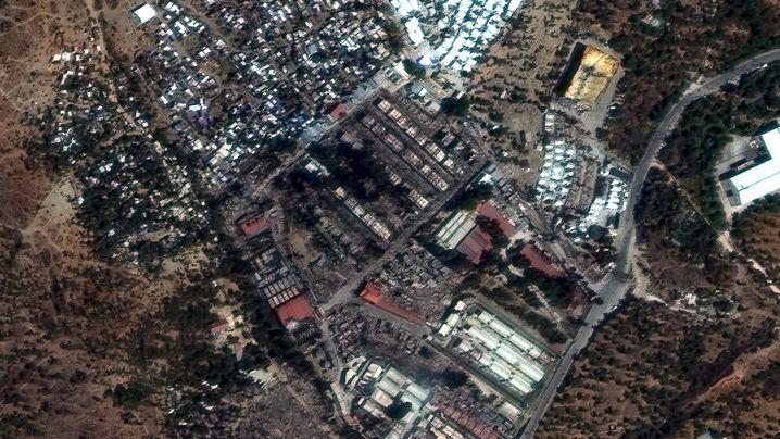 Das Flüchtlingslager Moria vor (l.) und nach (r.) dem Großbrand: Verschieben Sie den Pfeil, um die Aufnahmen zu vergleichen