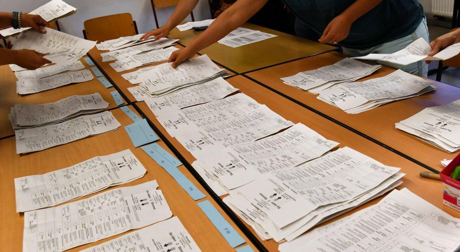 Auszählung in einem Wahllokal in Potsdam: Sozialdemokraten nehmen Linken Stimmen ab, verlieren aber an die AfD