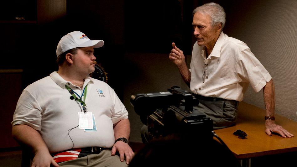 """Hauptdarsteller Paul Walter Hauser mit Regisseur Clint Eastwood bei den Dreharbeiten zu """"Der Fall Richard Jewell"""""""