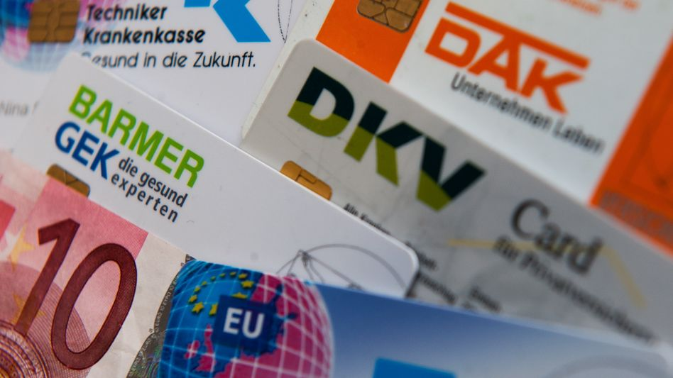 Versicherungskarten von Krankenkassen: Zwei Milliarden Euro durch die Praxisgebühr