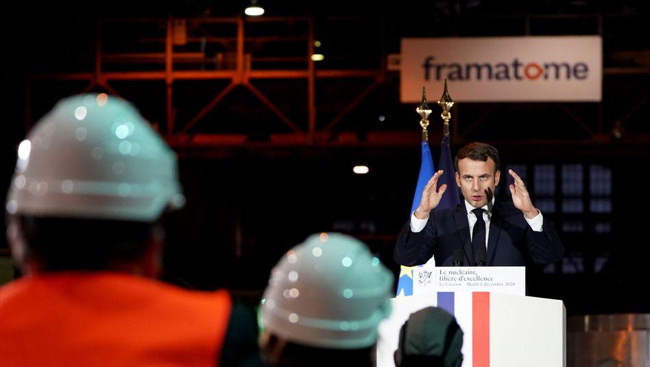 Frankreichs Präsident Macron bei der Vorstellung eines neuen atombetriebenen Flugzeugträgers am Dienstag in Le Creusot