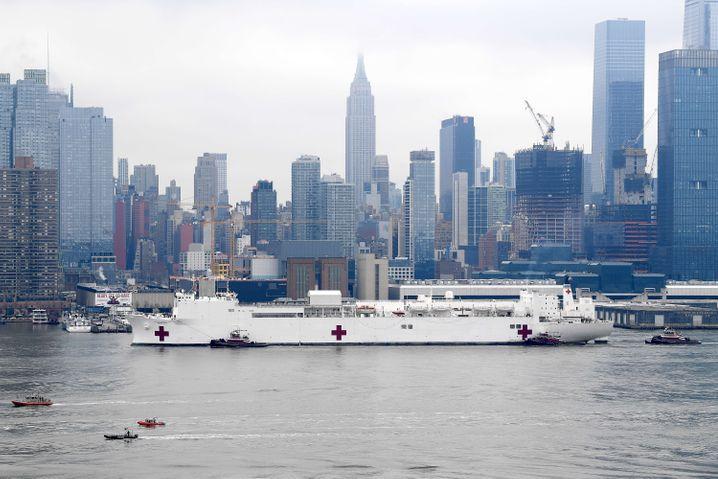 """Die """"USNS Comfort"""" auf dem Hudson River: 1000 Krankenbetten und zwölf Operationssäle"""