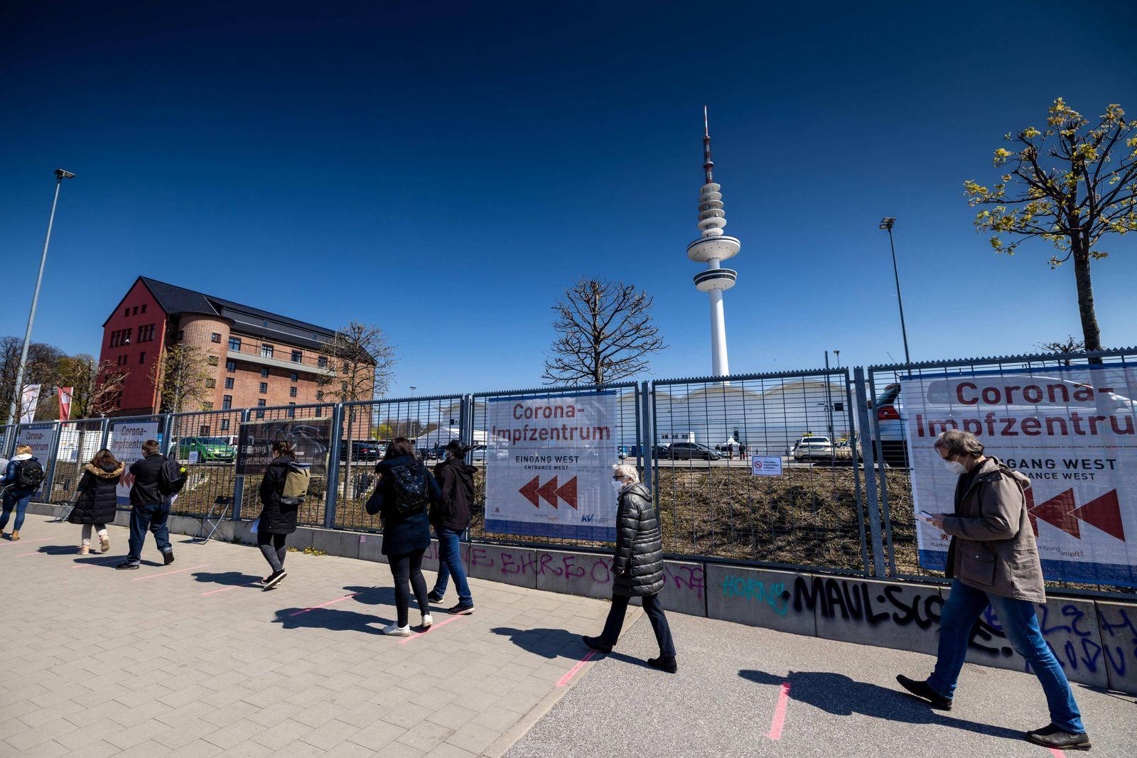 Hamburg, 28. April 2021 - Corona-Impfzentrum in den Hamburger Messehallen *** Hamburg, 28 April 2021 Corona Vaccination