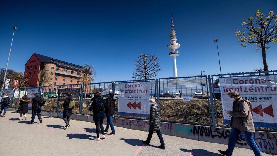 Menschen warten vor einem Impfzentrum in Hamburg