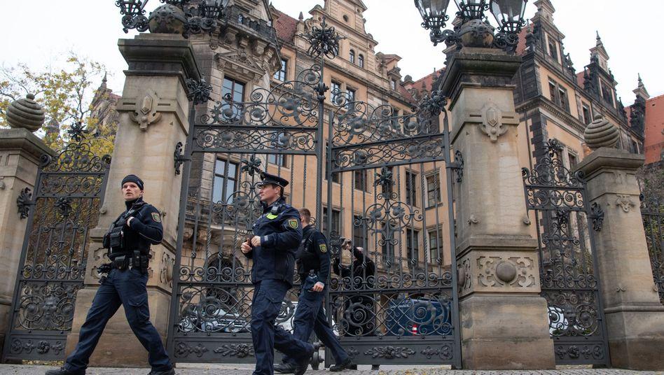 """Polizisten vor dem Residenzschloss in Dresden: Sonderkommission """"Epaulette"""" aufgestockt"""