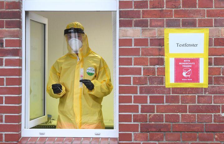 Sanitätssoldat der Bundeswehr in einem Corona-Testzentrum in Pasewalk