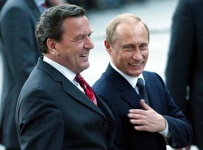 Gerhard Schröder und Wladimir Putin (im April 2004): Eine Freundschaft, die nicht allen gefällt