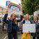 Dutzende Eltern protestieren wegen Schulschließungen