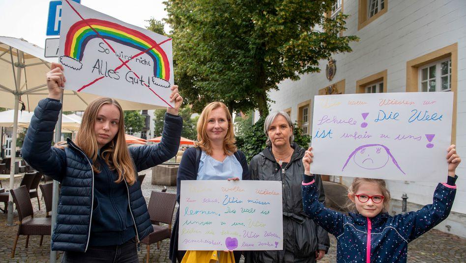 Mahnwache auf dem Marktplatz: Proteste wegen Schulschließungen
