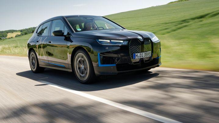 BMW iX: Fünfmeter-Gefährt mit Begrüßungszeremonie