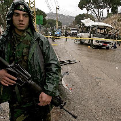 Anschlag in Ain al-Alaq: Ein Soldat sichert den Tatort