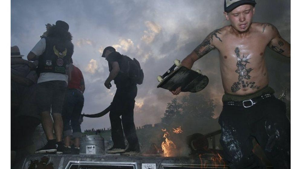Mekka der Exzesse: Feiern zwischen brennenden Autowracks