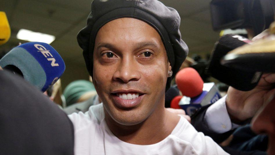 Ronaldinho verlässt Anfang März das Gericht in Asunción: Nach einem Monat in Haft steht er nun unter Hausarrest