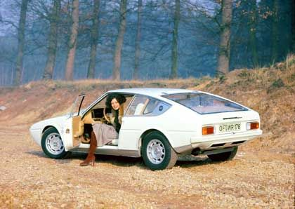 Bagheera-Version des Modeschöpfers Courrège (1974): Ganz in Weiß und mit Kofferset für Autofahrerinnen