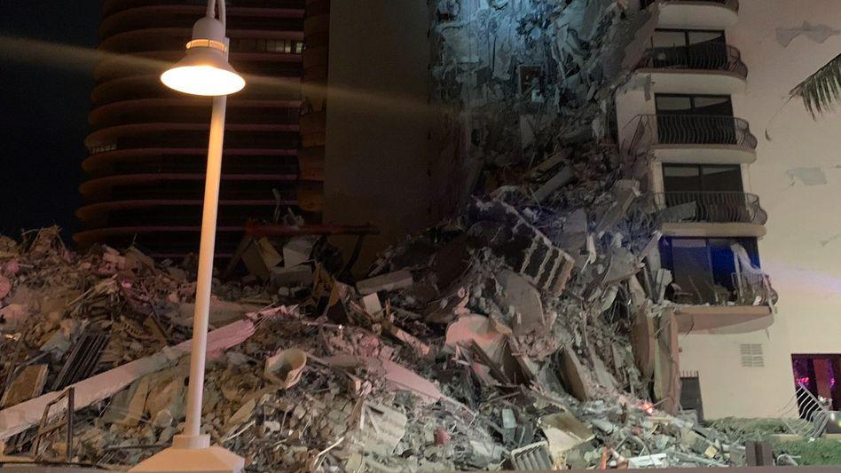 Teilweise eingestürztes Haus nahe Miami Beach: Trümmer in Surfside
