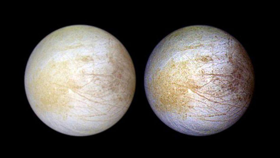 Jupitermond Europa in natürlichen Farben (l.) und gelblichen Tönen nach neuen Analysen