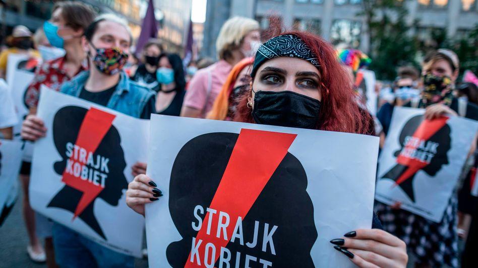 """""""Frauenstreik"""": Frauen und Männer demonstrieren in Warschau gegen die Pläne der Regierung, sich aus der Istanbul-Konvention zurückzuziehen"""