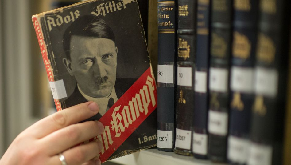 """Verschiedene Ausgaben von Adolf Hitlers """"Mein Kampf"""" im Institut für Zeitgeschichte in München"""