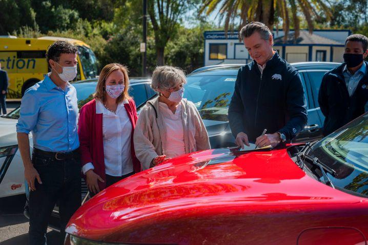 Gouverneur Gavin Newsom unterzeichnete am Mittwoch ein Dekret, wonach die Behörden des Landes ab 2035 keine Autos mit Verbrennungsmotor mehr neu zulassen dürfen
