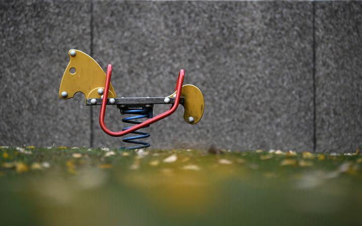 Spielgerät im Hinterhof eines Vonovia-Wohngebäudes