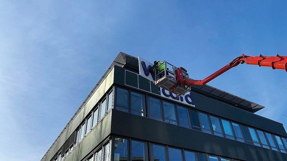 Demontage des Wirecard-Logos am Firmensitz: »Fassade eines Dax-Konzerns«