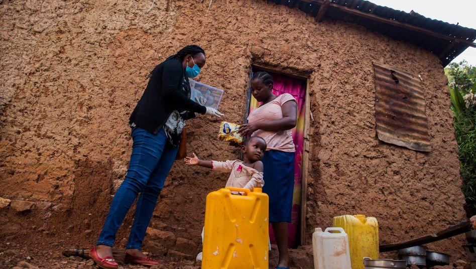Hilfsgüter für eine Frau in Ruanda