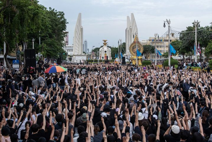 Versammlung am Demokratiedenkmal in Bangkok: Größte Massendemonstrationen seit 2014