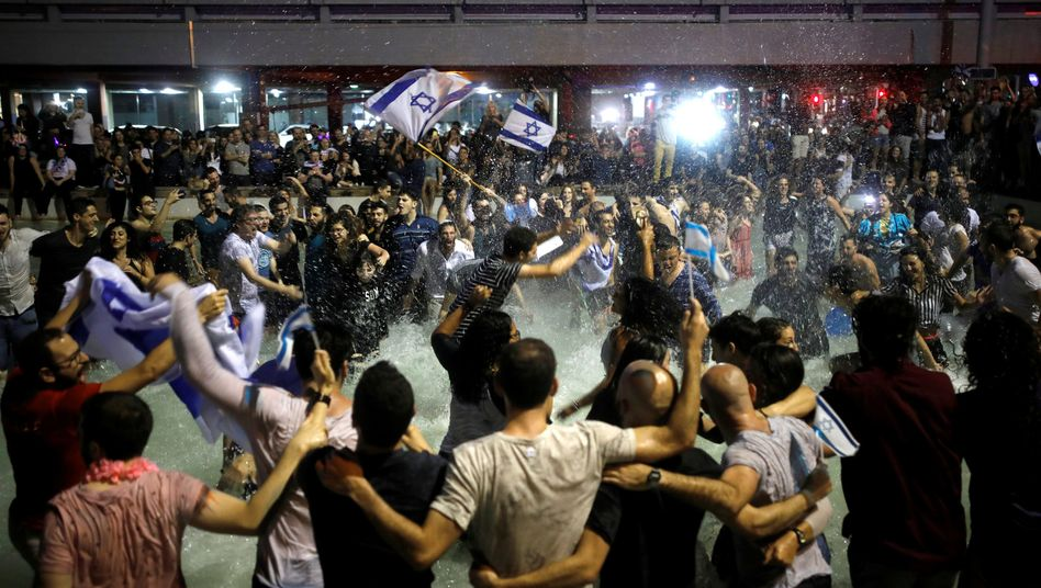 ESC-Fans feiern Netta Barzilai auf dem Rabin-Platz in Tel Aviv