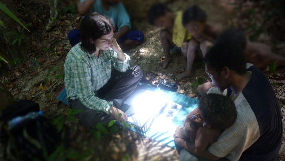 Arbeit im Urwald: Linguistin Ewelina Wnuk bei den Maniq-Sprechern