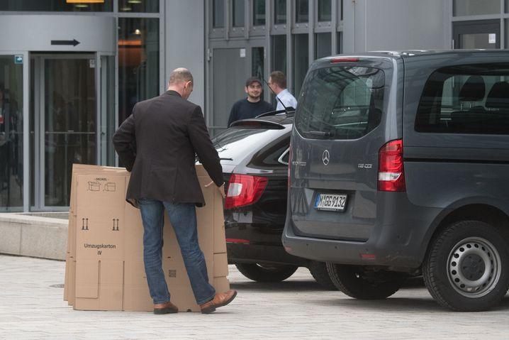 Suche nach Beweisen: Ermittler bei der Razzia in der Audi-Zentrale