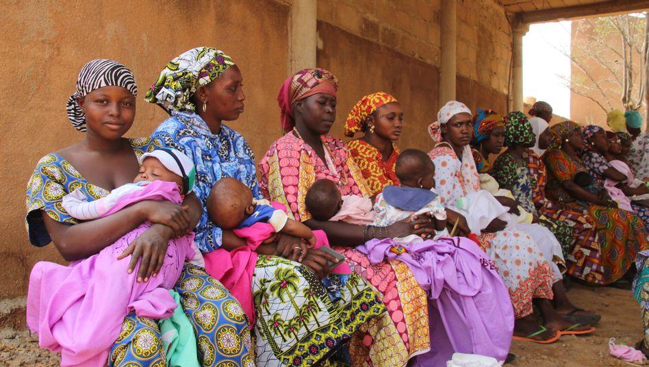 Stadt Mopti in Mali: Mütter warten in einem Gesundheitszentrum darauf, ihre Kleinkinder impfen zu lassen.