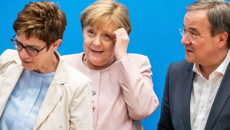 CDU-Chefin Kramp-Karrenbauer, Kanzlerin Merkel