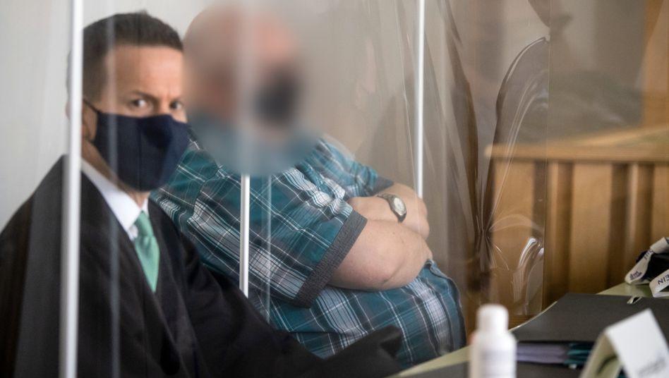 """Angeklagter mit Verteidiger Tungel (am 18. September): """"Ich habe mit der Sache nichts zu tun"""""""