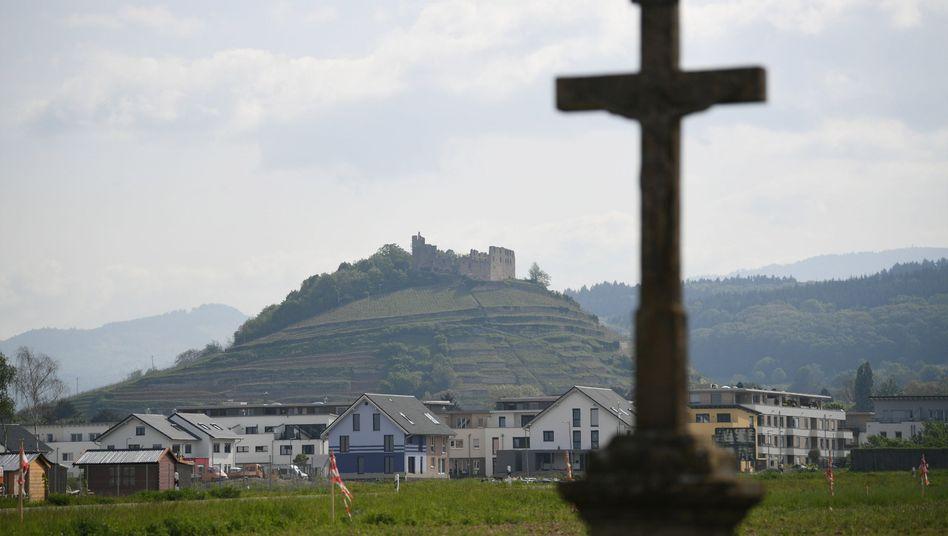 Staufen im Breisgau: Ein Feldkreuz steht vor der Burgruine