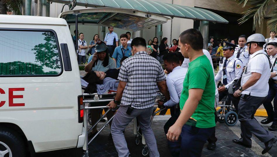 Philippinische Rettungskräfte versorgen nach einem Erdbeben Verletzte in der Region Manila.