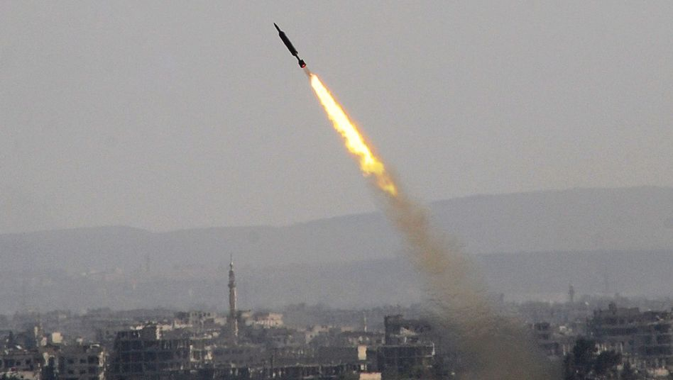 Ein Rakete der syrischen Armee steigt in Ost-Ghuta in den Himmel