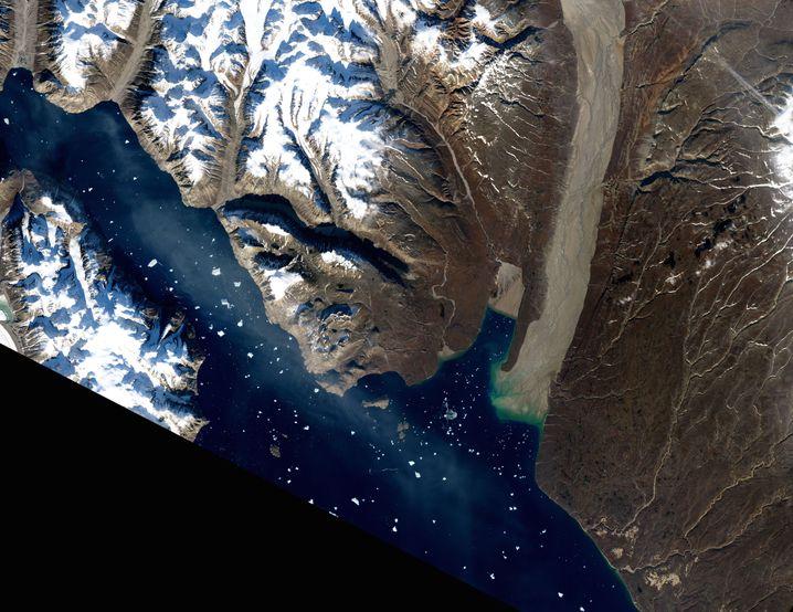 Satellitenbild eines Flusstals im Osten Grönlands - die weit ins Meer reichenden Sandablagerungen sind gut zu sehen
