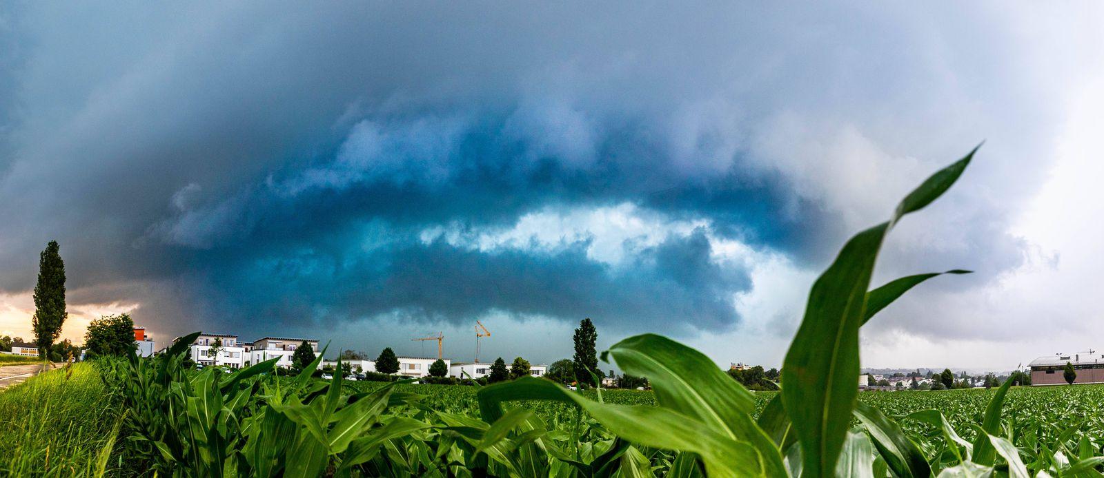 Starke Unwetter haben Teile von Baden-Württemberg unter Wasser gesetzt. 3cm große Hagelkörner setzten teilweise ganze St
