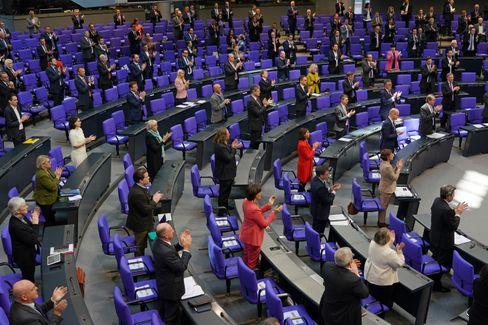 Debatte im Parlament: Abgeordnete auf Abstand