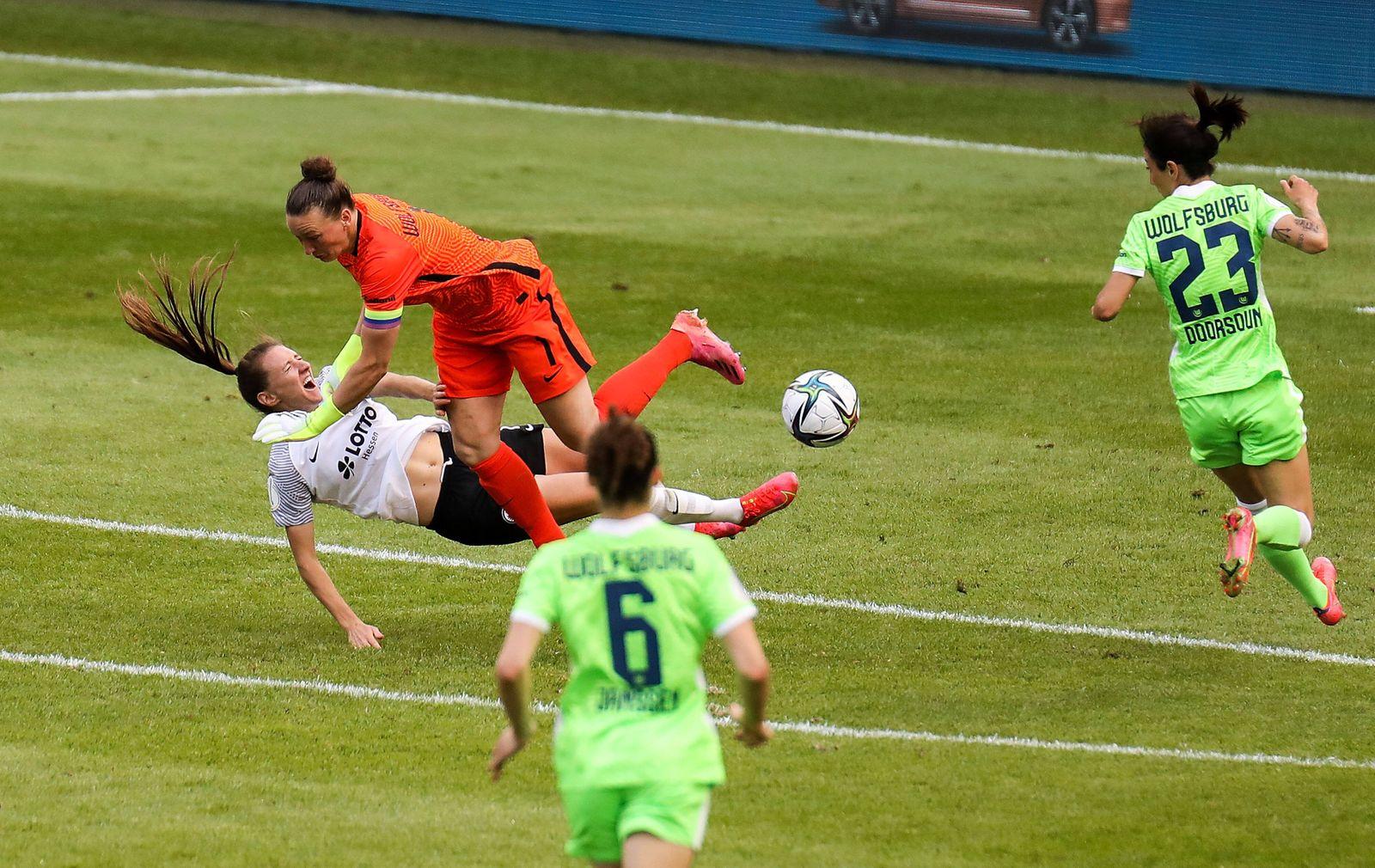 30.05.2021, xmkx, Fussball DFB Pokalfinale Frauen, Eintracht Frankfurt - VfL Wolfsburg v.l. Foul zum roten Karte gegen A