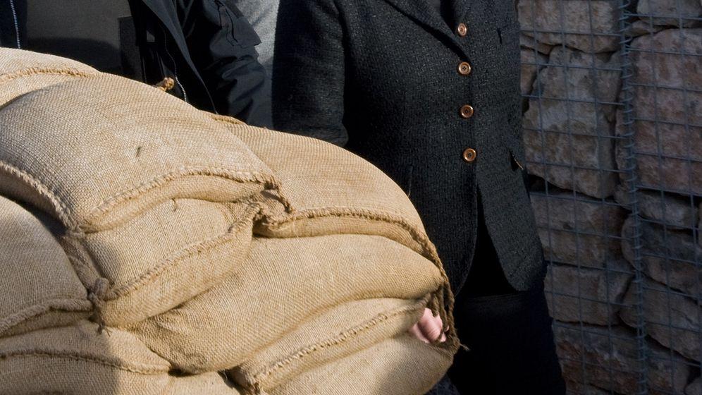 Besuch in Afghanistan: Merkel und Guttenberg bei der Truppe