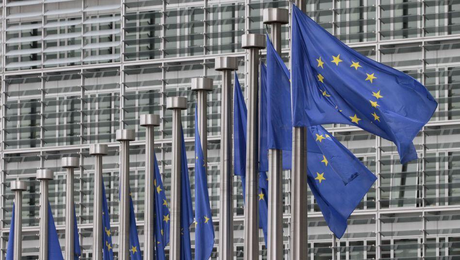 Flaggen vor EU-Kommission in Brüssel: Einigung unter Zeitdruck