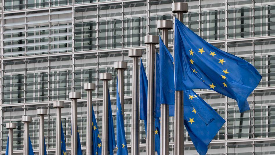 Flaggen vor dem Gebäude der EU-Kommission in Brüssel