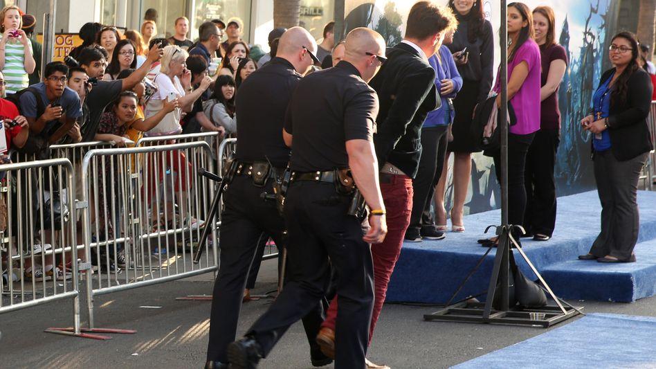 Festnahme: Sicherheitsleute führen Vitalii Sediuk ab