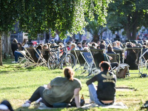 Besucher im James-Simon-Park in Berlin (am 13. Juni): Im Sommer Partys oder Veranstaltungen mit Schnelltests absichern